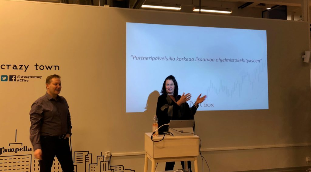 Pasi Turunen ja Kati Velling esittelevät Netboxin partnerituotteita CrazyTownin aamukahveilla.